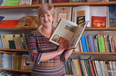 Библиотекарь  Елена Бахтер отмечает юбилей — 25 лет трудовой деятельности