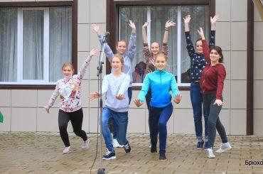 На площадке ДК им. А.Г. Петрика прошел концерт, организованный волонтерами Брюховецкого агроколледжа
