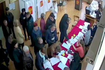 На избирательных участках желающие проголосовать выстраиваются в очереди