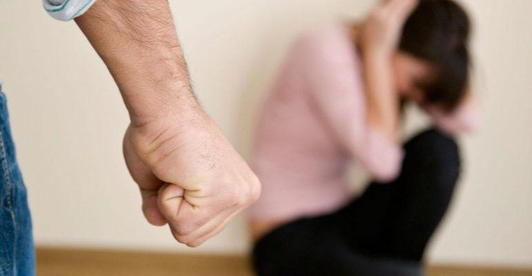 В полицию поступило сообщение от местной жительницы о том, что ее сожитель причинил ей телесные повреждения