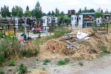Уборка только к «родительскому дню»? Брюховецкие кладбища заросли сорняками и завалены мусором