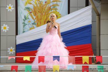 Брюховецкий район яркими красками отмечает День Государственного флага России