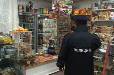Двое 19-летних местных жителей, угрожая ножом продавцу местного магазина, похитили выручку торгового объекта и скрылись