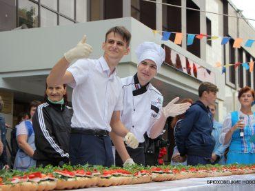 20-метровый бутерброд приготовили брюховецкие студенты в честь праздника района и станицы