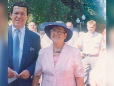 «Со мною рядом, распрямивший плечи, по — детски улыбается Кобзон» — история встречи брюховчанки Людмилы Белорусс с легендарными артистами