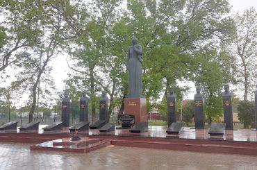 Район подготовился ко Дню Победы: отремонтирован мемориал и установлена «Стена памяти»