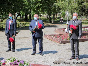 Владимир Мусатов возложил цветы к мемориалам «Скорбящая мать» и «Солдатское поле»