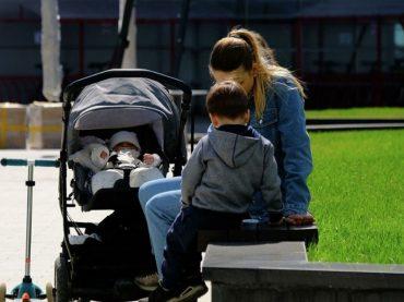 Соцзащита автоматически продлила выплаты на детей и ЖКХ