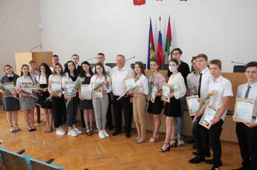 «Делитесь своим добром»: Владимир Мусатов вручил благодарности молодым активистам