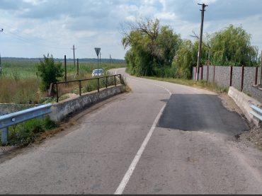 На дорогах устанавливают новые знаки, но стальные стойки уже срезали и украли