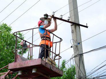 В районе ремонтируют уличное освещение