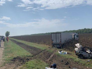 В Брюховецком районе в результате ДТП с грузовиком погибли четыре человека