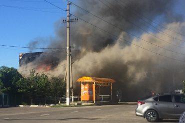 Пожар локализован: в  Брюховецкой загорелся торговый центр