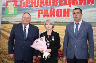 Выдающихся брюховчан наградили медалями в честь 96-й годовщины образования района