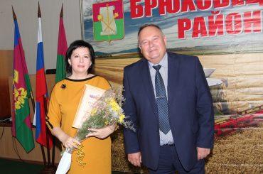 Глава района наградил лучших педагогов в честь Дня учителя