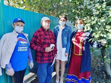Брюховецкие ветераны получили мобильные телефоны от «Единой России»