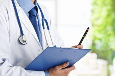 Выплаты медиработникам,  лечащим COVID-19, предлагается продлить до 1 января 2021 года
