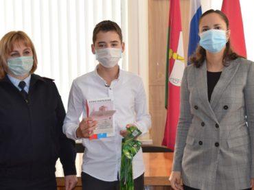 Юные брюховчане получили паспорта в преддверии дня Конституции