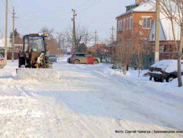 Как брюховчане справляются со снежными заносами