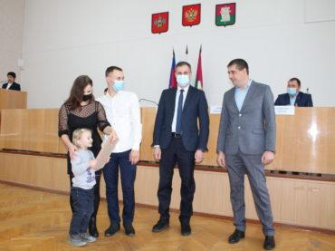 Молодые семьи получили жилищные сертификаты